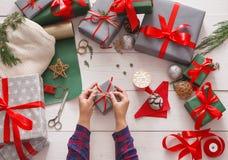 Kreatywnie hobby Opakunkowy nowożytny handmade boże narodzenie teraźniejszości pudełko zdjęcie royalty free