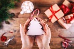 Kreatywnie hobby Woman& x27; s ręk przedstawienia bożych narodzeń choinki wakacyjna handmade zabawka Nożyce na drewnianym stole,  zdjęcia stock