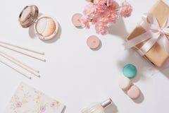 Kreatywnie i moda skład Materiały protestuje na biurku Fl fotografia stock