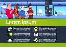 Kreatywnie infographic komunikacyjna biznes drużyna w biurowym uścisków biznesmenów związku pojęciu, mieszkanie, ilustracji
