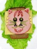 Kreatywnie karmowa kanapka z kiełbasą i serem słuzyć na sałacie Fotografia Stock