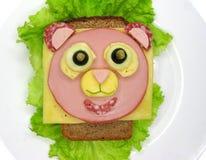 Kreatywnie karmowa kanapka z kiełbasą i serem słuzyć na sałacie Obraz Stock