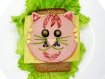 Kreatywnie karmowa kanapka z kiełbasą i serem słuzyć na sałacie Obraz Royalty Free