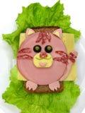 Kreatywnie karmowa kanapka z kiełbasą i serem słuzyć na sałacie Fotografia Royalty Free