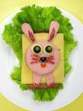 Kreatywnie karmowa kanapka z kiełbasą i serem słuzyć na sałacie Zdjęcie Royalty Free