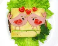 Kreatywnie karmowa kanapka z kiełbasą i serem słuzyć na sałacie Obrazy Royalty Free