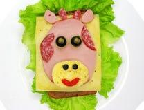 Kreatywnie karmowa kanapka z kiełbasą i serem słuzyć na sałacie Obrazy Stock