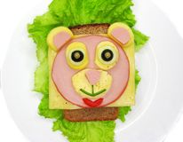 Kreatywnie karmowa kanapka z kiełbasą i serem słuzyć na sałacie Zdjęcia Stock