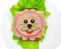 Kreatywnie karmowa kanapka z kiełbasą i serem słuzyć na sałacie Zdjęcia Royalty Free