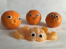 Kreatywnie karmowy pojęcie, googly przyglądać się pomarańcze zdjęcie stock