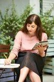 Kreatywnie kobieta pisze w dzienniczku obraz stock