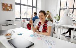 Kreatywnie kobieta pracuje na interfejsie użytkownika przy biurem obrazy stock