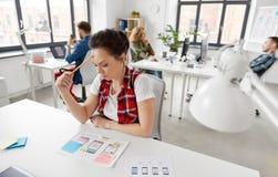 Kreatywnie kobieta pracuje na interfejsie użytkownika przy biurem obrazy royalty free