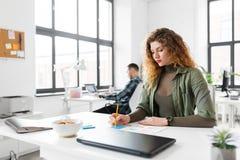 Kreatywnie kobieta pracuje na interfejsie użytkownika przy biurem zdjęcia stock