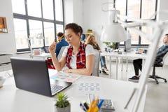 Kreatywnie kobieta pracuje na interfejsie użytkownika przy biurem obraz royalty free