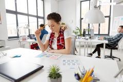 Kreatywnie kobieta pracuje na interfejsie użytkownika przy biurem fotografia royalty free