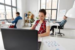 Kreatywnie kobieta pracuje na interfejsie użytkownika przy biurem zdjęcie royalty free