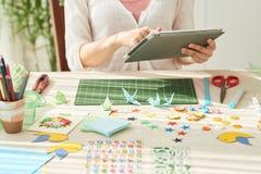 Kreatywnie kobieta Używa Cyfrowej pastylkę zdjęcia stock