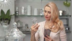 Kreatywnie kobieta wybiera szkła dla wina zbiory