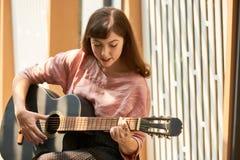 Kreatywnie kobieta z gitarą zdjęcie royalty free