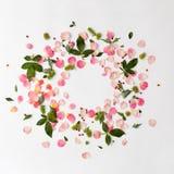 Kreatywnie kwiecista round rama z różanymi płatkami i zieleń liśćmi obraz royalty free