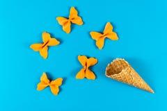 Kreatywnie lato układ robić lody rożek, gofrów rożki i barwiąca makaron manna, zdjęcia royalty free