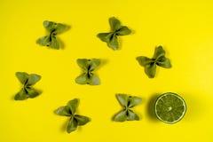 Kreatywnie lato układ robić wapno i barwiący makaron manny papillon na jaskrawym żółtym tle Owocowy minimalny pojęcie fotografia stock