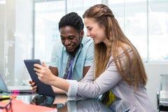 Kreatywnie ludzie biznesu patrzeje cyfrową pastylkę Obraz Stock