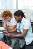 Kreatywnie ludzie biznesu patrzeje cyfrową pastylkę Zdjęcie Stock