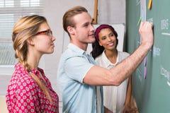 Kreatywnie ludzie biznesu przy pracą blackboard Fotografia Royalty Free