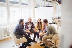 Kreatywnie ludzie biznesu siedzi w pokoju konferencyjnym zdjęcie royalty free