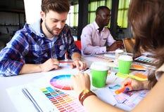 Kreatywnie ludzie miejsc pracy Zakończenie widok ręki młoda projektant kobieta pracuje z kolor paletą przy biurowym biurkiem obrazy stock