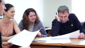 Kreatywnie ludzie pracuje wpólnie w biurze zbiory