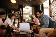 Kreatywnie ludzie robi brainstorming spotkania w biurze Zdjęcia Stock