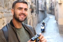 Kreatywnie mężczyzna patrzeje ewentualnego strzał z kopii przestrzenią Zdjęcia Stock
