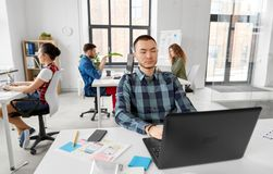 Kreatywnie mężczyzna z laptopem pracuje przy biurem zdjęcia royalty free