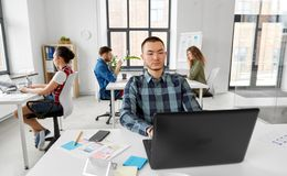 Kreatywnie mężczyzna z laptopem pracuje przy biurem obraz royalty free