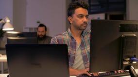 Kreatywnie mężczyzna z laptopem pracuje przy nocy biurem zdjęcie wideo