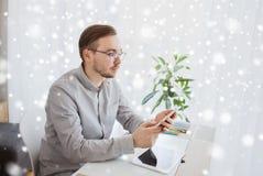 Kreatywnie męski urzędnik texting na smarphone Obraz Royalty Free