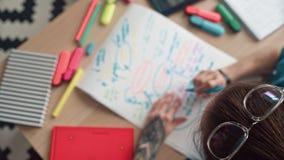Kreatywnie młoda kobieta z wielkim tatuażem, szkła na głowie rysuje zbiory wideo