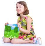 Kreatywnie młodej dziewczyny przyglądający album fotograficzny. Obraz Stock