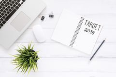 Kreatywnie mieszkania nieatutowa fotografia workspace biurko z celem 2018 nowy rok listy laptop na drewnianym tle i notatnik Zdjęcia Royalty Free