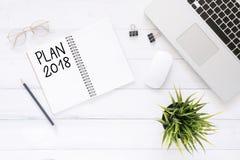 Kreatywnie mieszkania nieatutowa fotografia workspace biurko z planem 2018 nowy rok listy laptop na drewnianym tle i notatnik Obrazy Stock