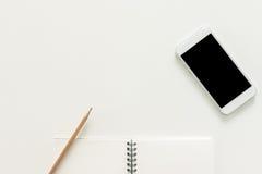 Kreatywnie mieszkania nieatutowa fotografia workspace biurko z sketchbook i telefon komórkowy z pustym ekranem na kopii przestrze Zdjęcia Stock
