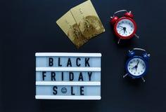 Kreatywnie mieszkania składu sprzedaży nieatutowy tekst na lightbox, karty kredytowe, czerwień zegar na czarnym tle z kopii przes zdjęcia stock