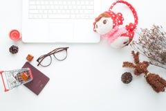 Kreatywnie mieszkanie nieatutowy pojęcie z notatnikiem i boże narodzenie dekoracje na bielu Bożenarodzeniowy i wakacyjny Obrazy Stock