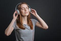 Kreatywnie oszałamiająco kobieta cieszy się dźwięka Zdjęcia Stock