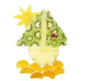 Kreatywnie owocowego dziecka mężczyzna deserowy żeglowanie w statek formie Zdjęcia Royalty Free