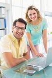 Kreatywnie partnery biznesowi ono uśmiecha się przy kamerą Obrazy Royalty Free