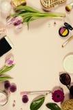 Kreatywnie piękna kobiecy przygotowania kwiaty i kosmetyki Fotografia Royalty Free